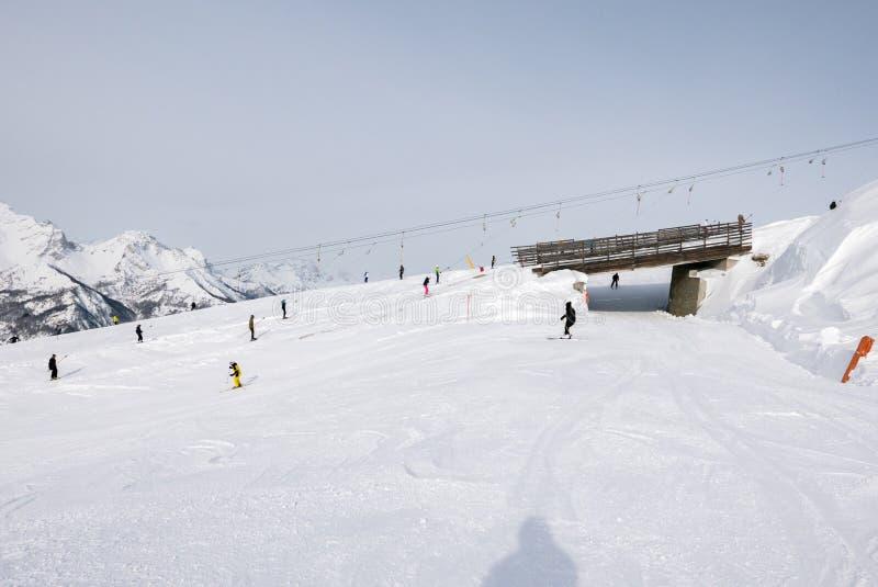 Sestriere, Piamonte, esquiadores de Italia en las cuestas imágenes de archivo libres de regalías