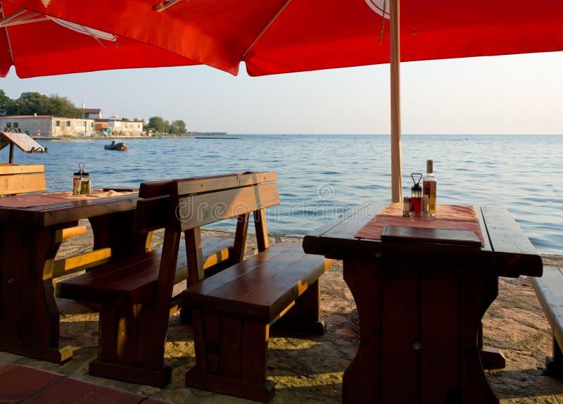 Setów stoły przed morzem obrazy stock
