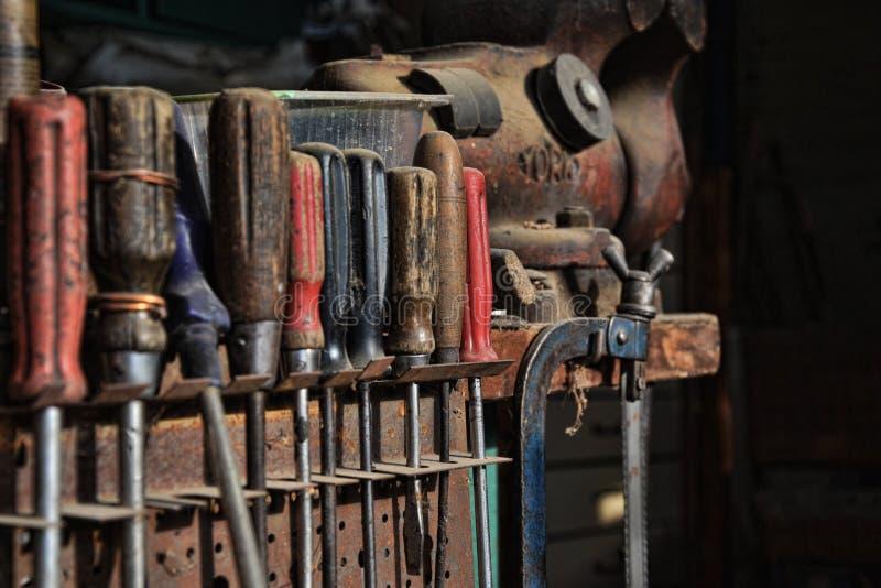 Set śrubokręty, piły, rozpusta i inni prac narzędzia w starym warsztacie, fotografia stock