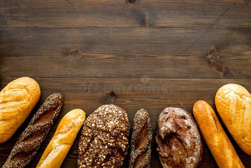 Set świeży domowej roboty chleb Chlebowy asortyment Bochenek, baguette Biały i brąz chleb na ciemnego drewnianego tła odgórnym wi fotografia royalty free