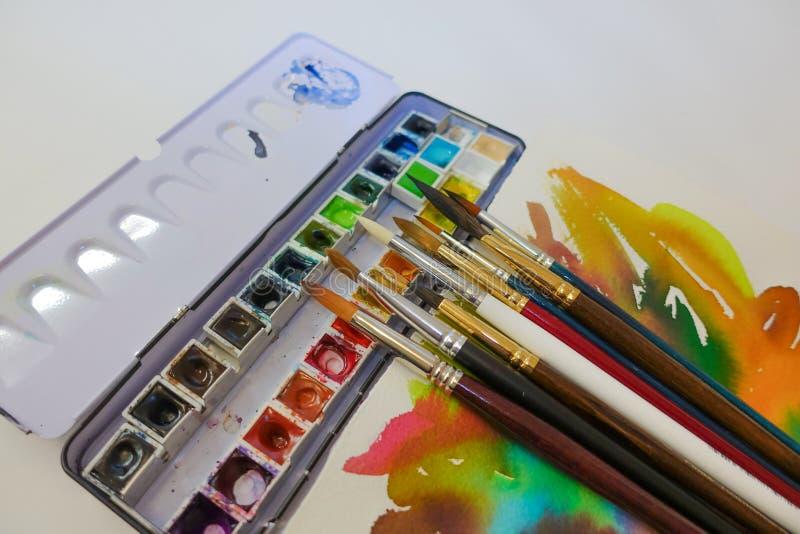 Set akwareli paintbrushes dla malowa? zbli?enie i farby Selekcyjna ostro?? obraz stock