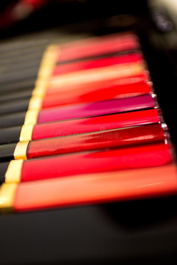 Set asortowane kolorowe wargi glosy tubki Piękno i kosmetyka tło gubi up Selekcyjna ostrość fotografia stock