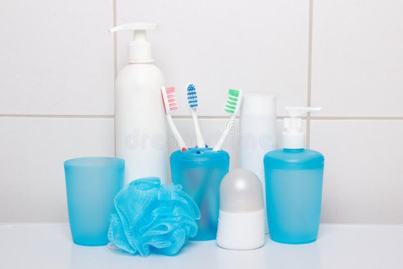 Set błękitne higien dostawy nad kafelkową ścianą fotografia royalty free