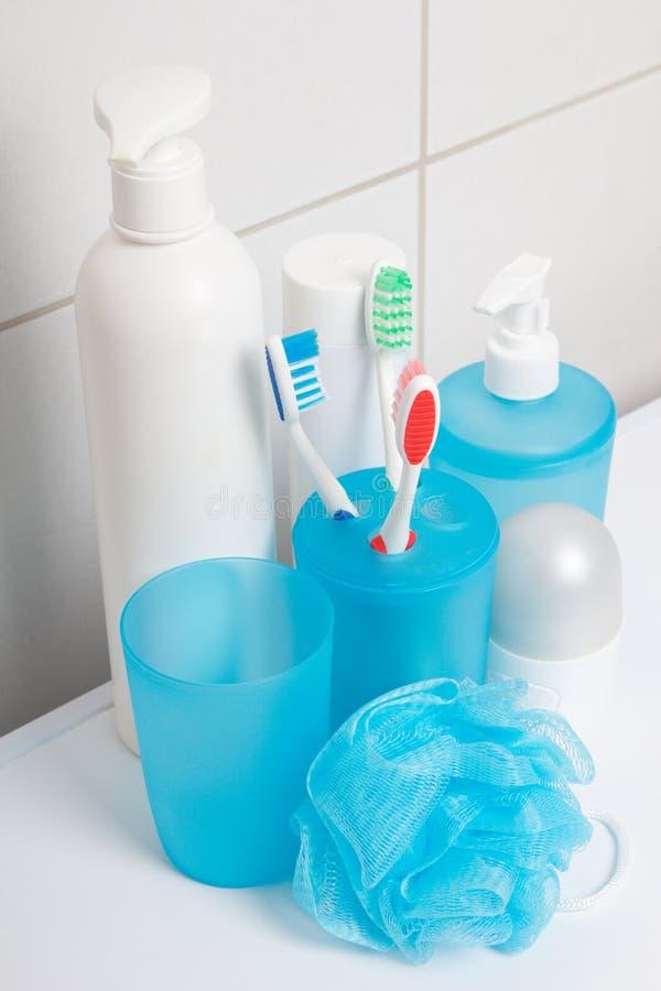 Set błękitne higien dostawy nad kafelkową ścianą w łazience zdjęcia royalty free