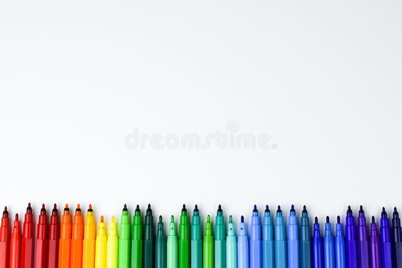 Set barwioni markiery bez nakrętek, ustawiony na białym tle w rozkazie kolory tęcza obrazy stock