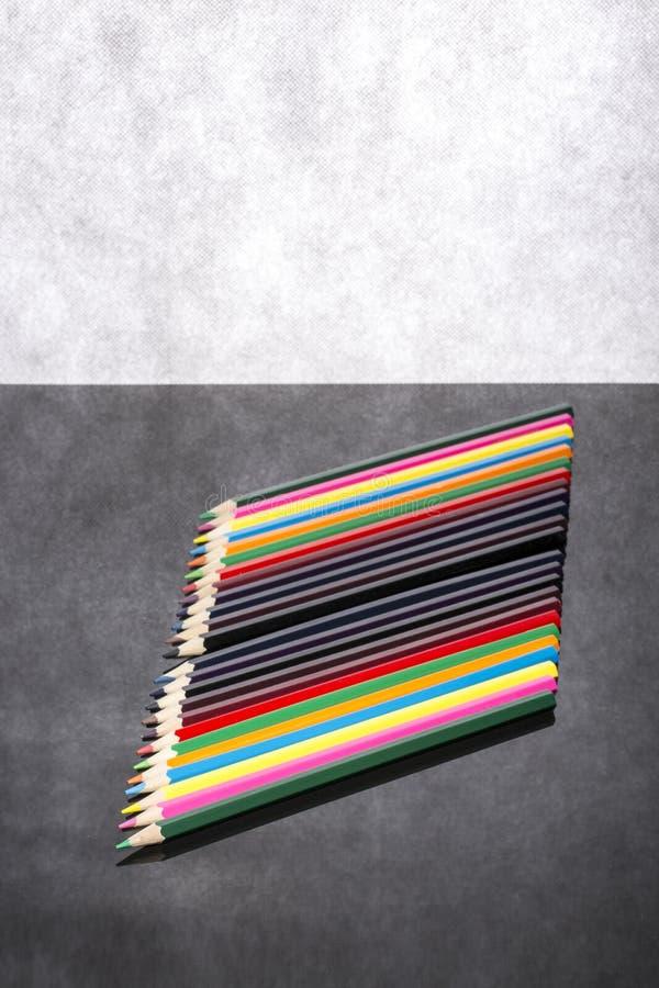 Set barwioni ołówki na szarości zdjęcie stock