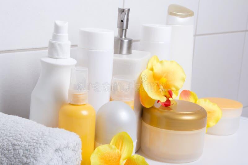 Set białe kosmetyk butelki z orchideami nad kafelkową ścianą fotografia royalty free