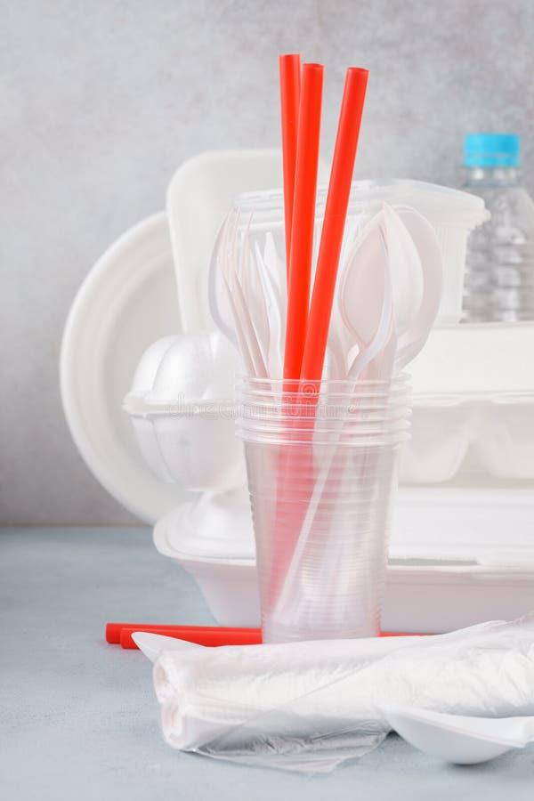 Set biały plastikowy rozporządzalny tableware i pakować zdjęcia stock