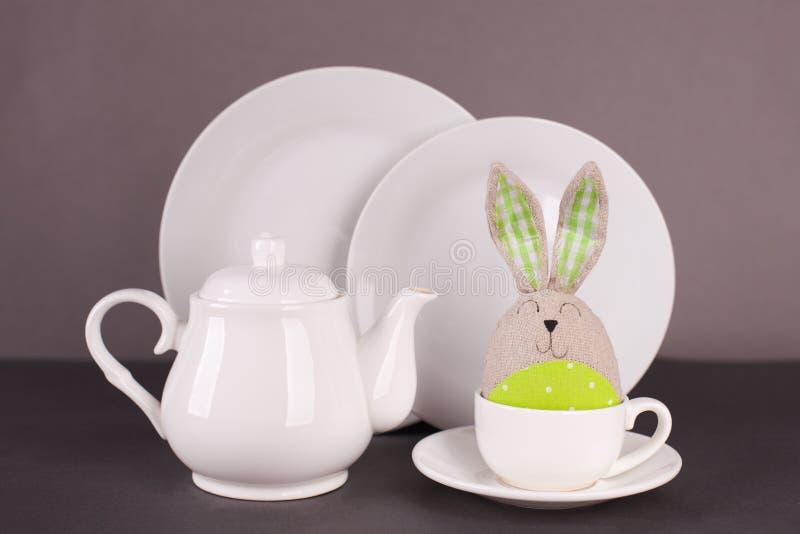 Set biali naczynia dla lunchu i herbacianego Easter królika na szarym tle przyjęcia i śmiesznego Wielkanocny ustawiający dla stoł fotografia stock