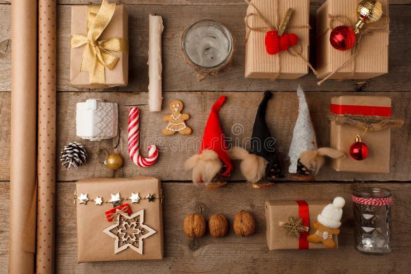 Set boże narodzenie prezent, tradycyjna słodkość i domowej roboty piernikowy ciastko z handmade dekoracją na rocznika drewnianym  obraz stock