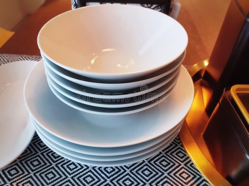 Set Brogujący biel puchary na stole zdjęcia royalty free