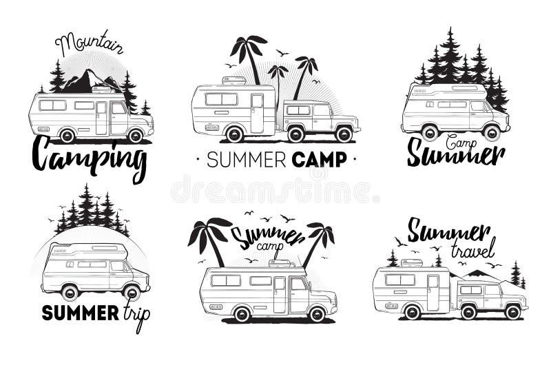 Set campingowy przyczepa logo obozowiczy samochody dostawczy przeciw krajobrazowemu tłu z literowanie górą, obóz letni, wycieczka ilustracji