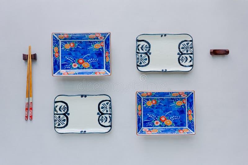 Set ceramiczni naczynia na stołowym tle Odgórny widok fotografia royalty free