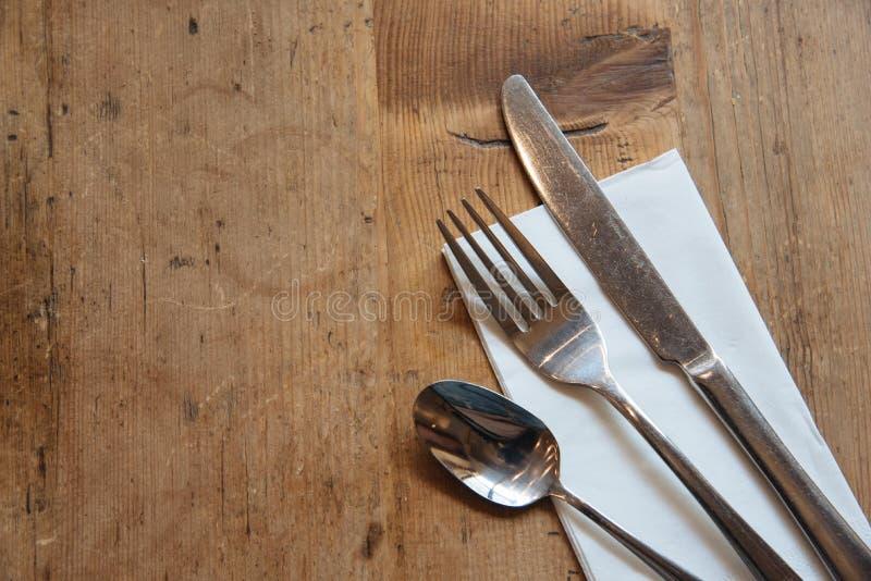 Set cutlery na drewnianym stole zdjęcia stock