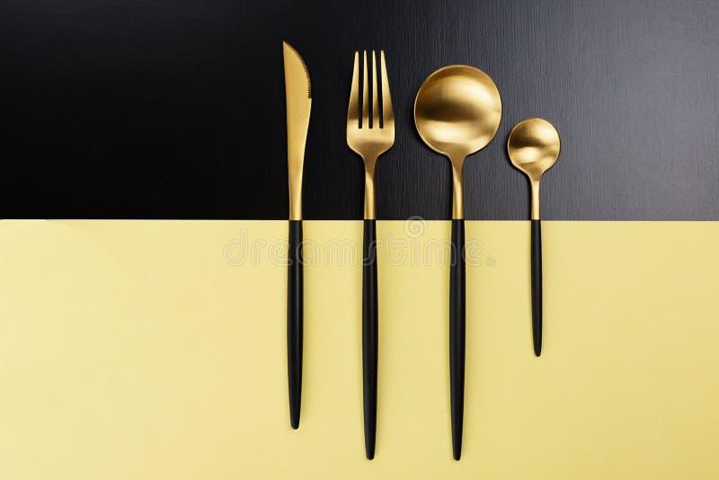 Set czarny i złocisty cutlery obraz royalty free