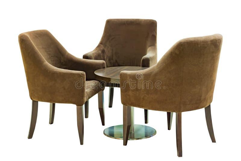 Set di mobili vintage idolati su fondo bianco Tre poltrone di legno e tre poltrone di benvenuto e una sedia rotonda immagini stock