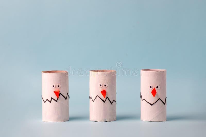 Set di ovuli bianchi di carta per la festa stagionale di Pasqua felice Facile artigianato per bambini su sfondo blu, semplice ide immagini stock