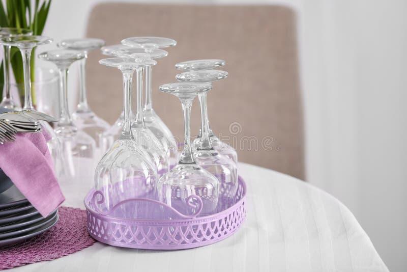 Set dishware z lilymi akcesoriami na stole zdjęcie stock