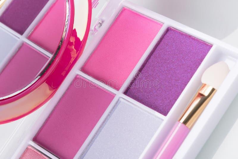 Set dla stosować makeup: paleta różowi eyeshadows z muśnięciem i lustrem, w górę zdjęcia stock