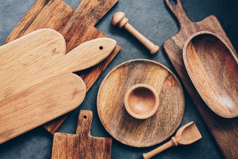 Set drewniani kuchenni naczynia, tnące deski, puchar, talerz, moździerz i tłuczek, miarka Mieszkanie nieatutowy, odg?rny widok obraz stock