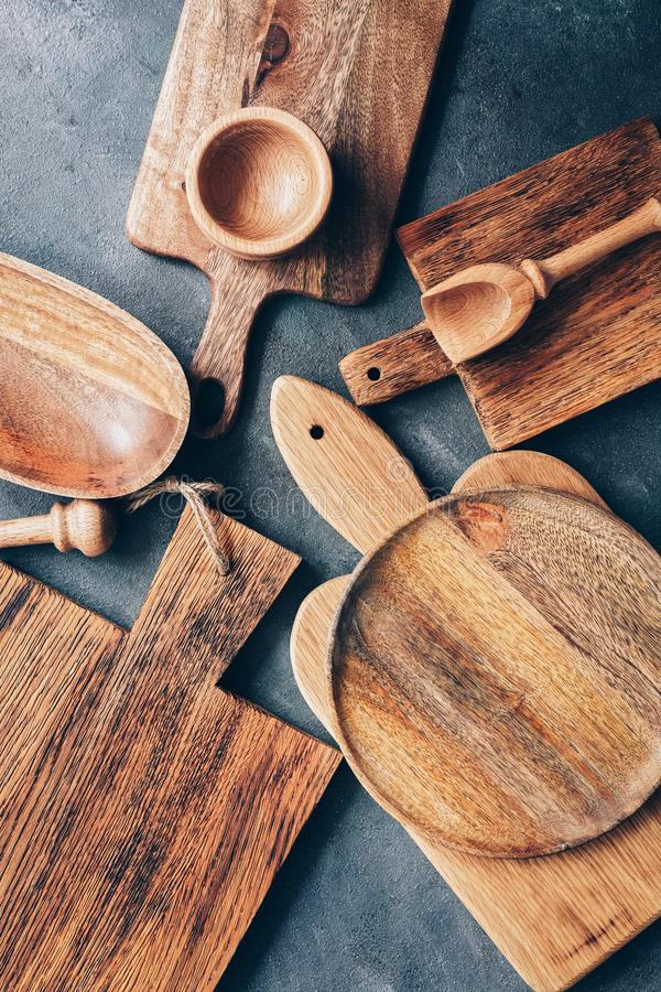 Set drewniani kuchenni naczynia, tn?ce deski, puchar, talerz, mo?dzierz i t?uczek, miarka Mieszkanie nieatutowy, odg?rny widok fotografia royalty free