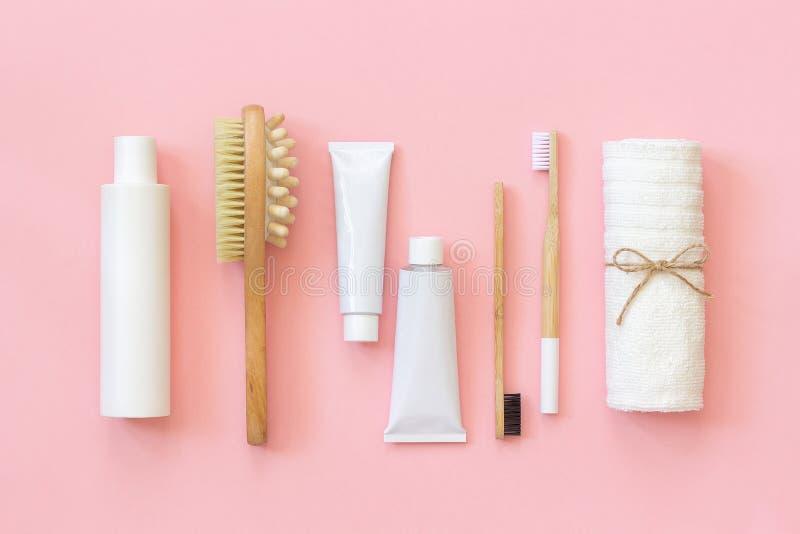 Set eco kosmetyków narzędzia dla Bambusowego toothbrush i produkty prysznic lub skąpania, naturalny muśnięcie, białe butelki, ręc obraz royalty free