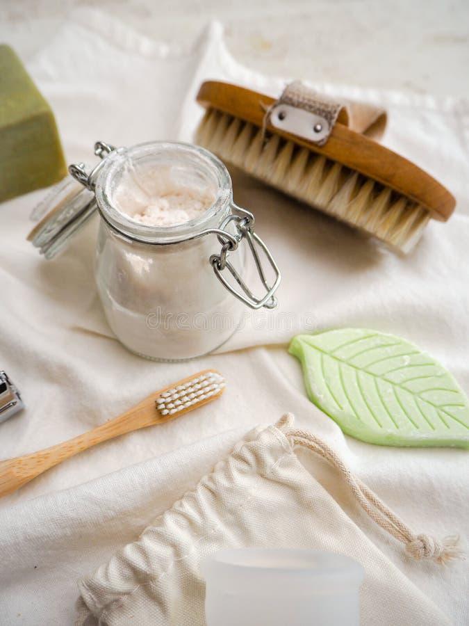 Set eco ?yczliwi toiletries i ?azienka produkty tak jak bambusowy toothbrush, cia?o pasta do z?b obrazy stock