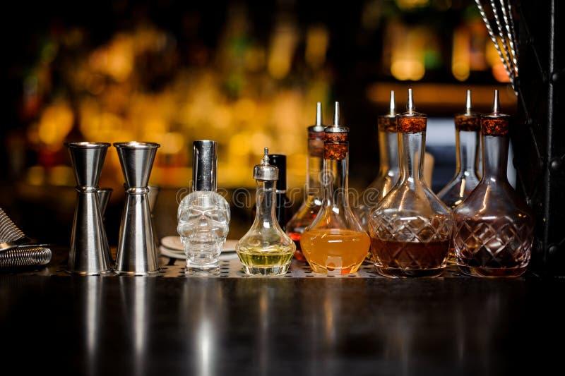 Set eleganccy barmanów narzędzia wliczając osadzarek i małe butelki z trunkiem fotografia royalty free