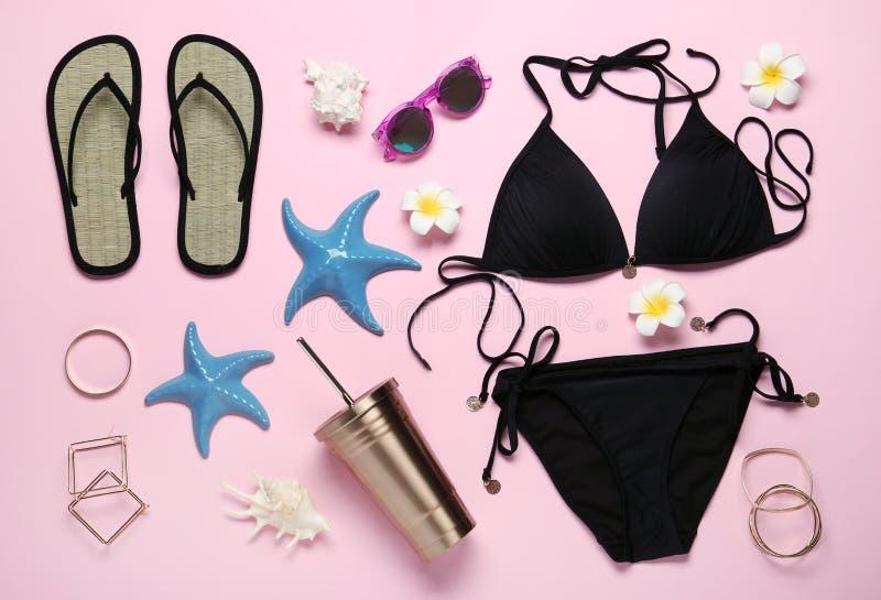 Set eleganccy kobiet akcesoria, swimsuit na różowym tle i fotografia royalty free