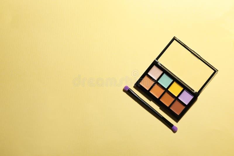 Set eyeshadows i muśnięcie na koloru tle, odgórny widok fotografia royalty free