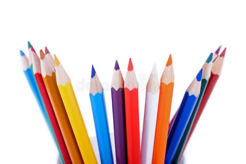 Set farbige Bleistifte gelegt in gelegentliche Ordnung stockfotografie
