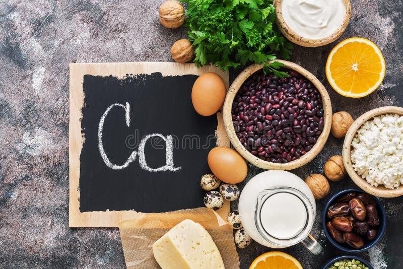Set foods bogaci w wapniach Chałupa ser, mleko, ser, legumes, dokrętki, jajka, owoc Mieszkanie nieatutowy zdjęcia stock