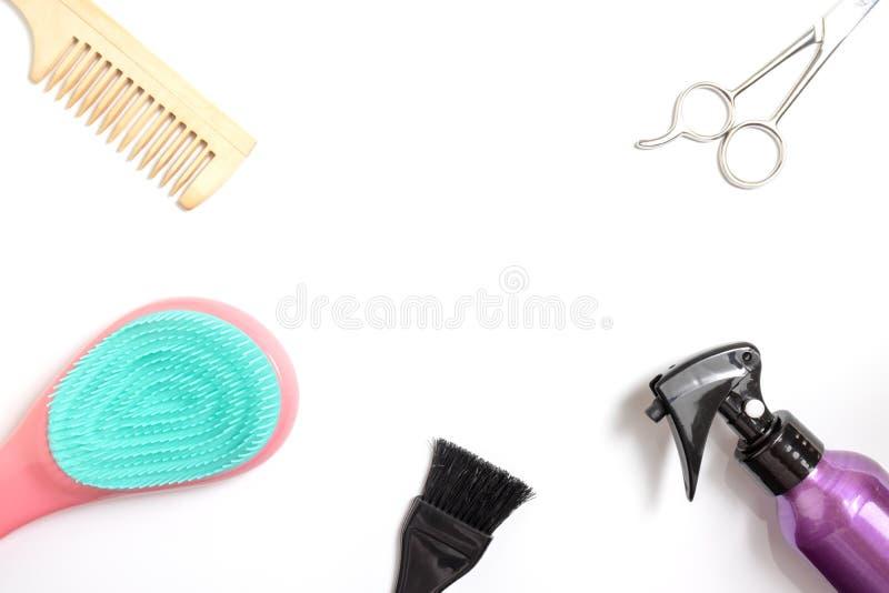 Set fryzjerstw narzędzia na białym tle z kopii przestrzenią, gręple, nożyce, kiść i wybielacz, szczotkujemy na białym tle, wierzc zdjęcia royalty free
