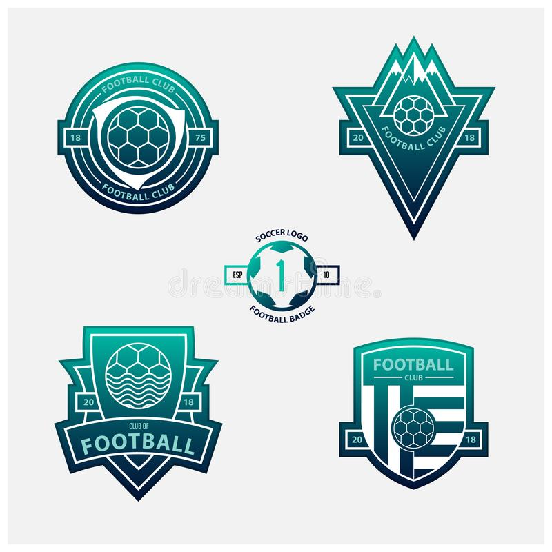Set futbol, piłka nożna logowie lub grzebienie i Piłek nożnych odznaki w płaskim projekcie na błękita i zieleni gradientu tle royalty ilustracja