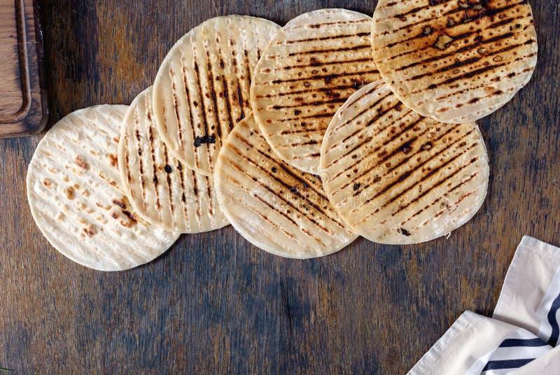 Set gotujący na grillu na drewnianym stole flatbread zdjęcie stock