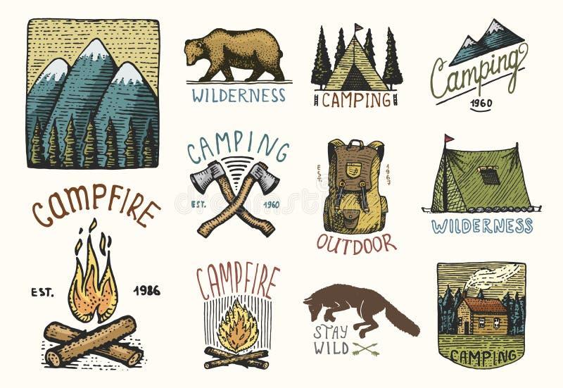 Set grawerujący rocznik, ręka, etykietki lub odznaki dla obozować, rysująca, stara, wycieczkujący, tropiący z górami, ognisko i fotografia stock