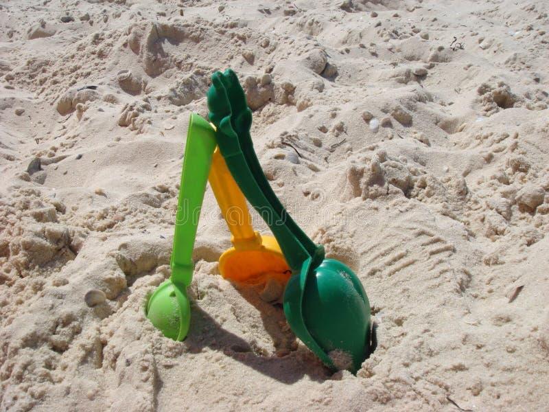Set kolorów plastikowi dzieci bawi się na piasku blisko morza zdjęcie royalty free