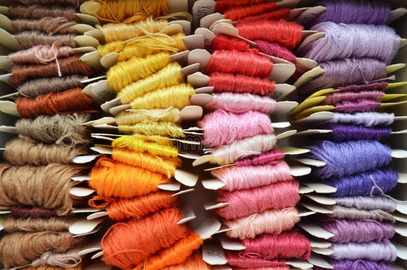 Set kolorowe nici w ciepli kolory dla hafciarskiego, szwalnego i odgórnego widoku, obrazy royalty free