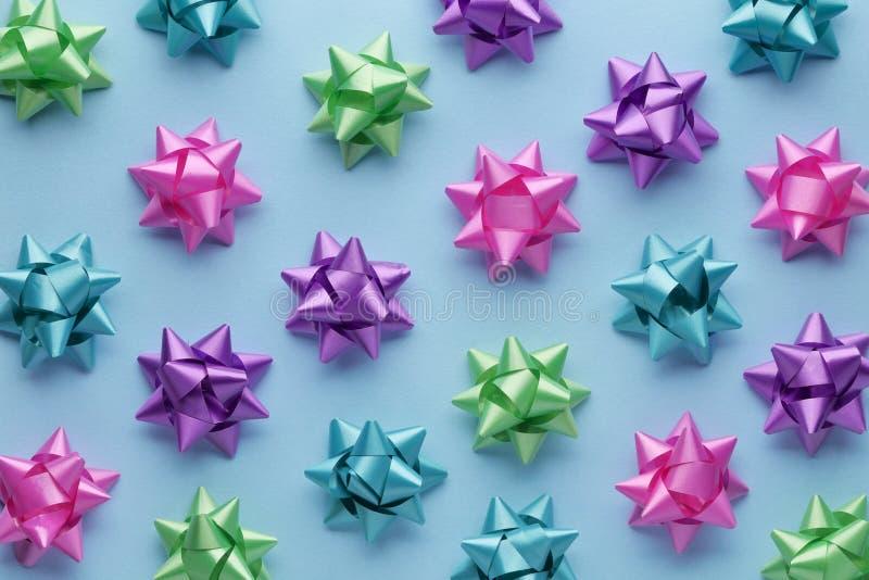 Set kolorowi łęki na błękicie zdjęcie stock