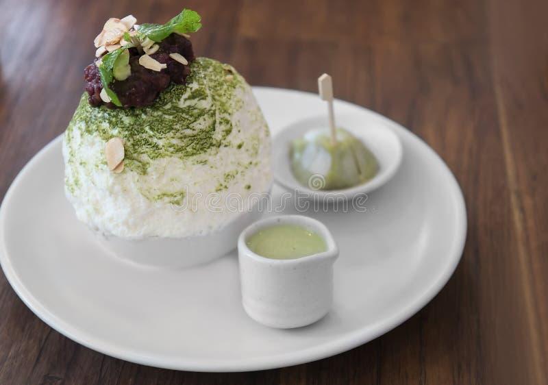 Set Koreańska zielona herbata Bingsu, pasta, słodząca zgęszczona dojna deseru, daifuku i czerwonej fasoli, słuzyć na białym ceram obraz royalty free