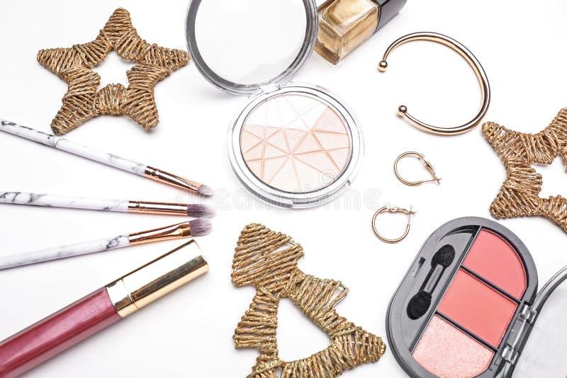 Set kosmetyki z Bożenarodzeniowymi dekoracjami na białym tle zdjęcie stock