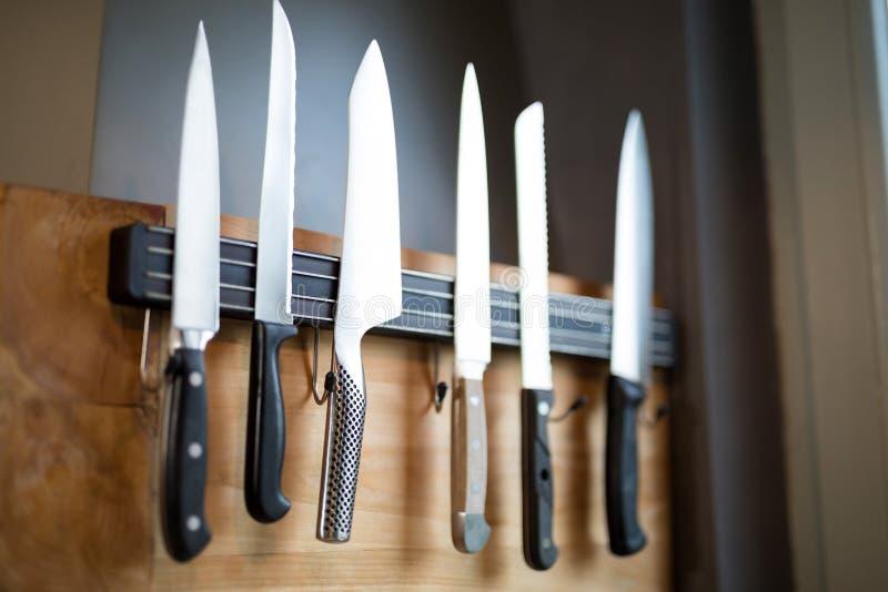 Set kuchenni noże wiesza na ścianie obraz stock