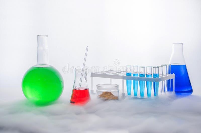 Set laborancki glassware na białym tle reakcja chemiczna Chemiczny eksperyment z uwolnieniem kontrpara zdjęcie stock
