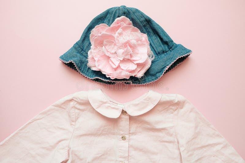 Set lat dzieci odzież na różowym tle Dziewczynki mody spojrzenie z drelichowym kapeluszem i koszula obraz royalty free