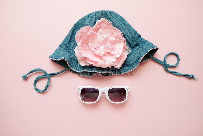 Set lat dzieci odzież na różowym tle Dziewczynki mody spojrzenie z drelichowym kapeluszem i szkłami obrazy royalty free