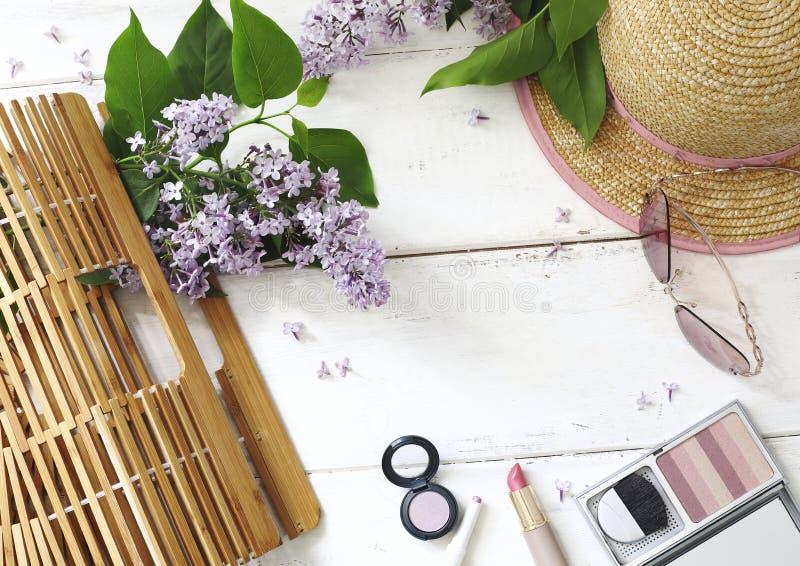 Set lato kobiet ` s akcesoria: bambusowa torba, różowi okulary przeciwsłoneczni, obraz stock