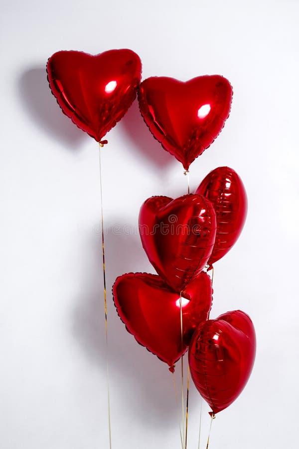 Set Luftballone Bündel rote Farbherz formte die Folienballone, die auf weißem Hintergrund lokalisiert wurden stockfotografie