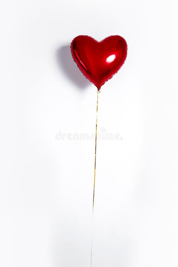 Set Luftballone Bündel rote Farbherz formte die Folienballone, die auf weißem Hintergrund lokalisiert wurden Liebe lizenzfreie stockfotos