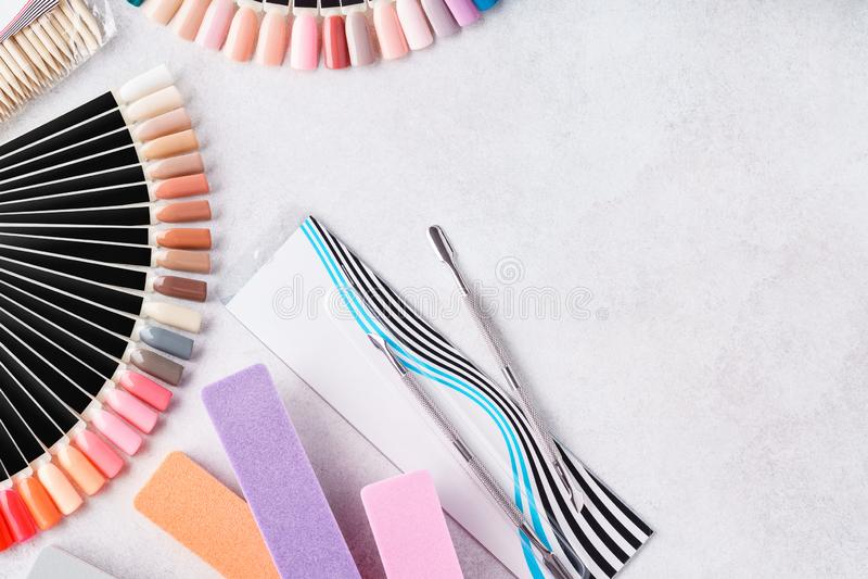 Set manicure'u wyposażenie - gwóźdź kartoteki, swatch palety, narzędzia zdjęcia stock