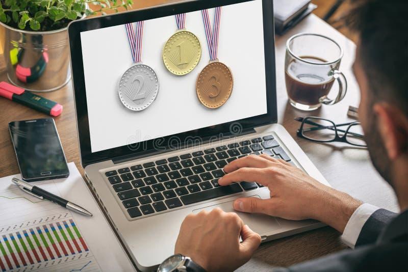 Set medale na laptopu ekranie - mężczyzna przy pracą zdjęcia stock